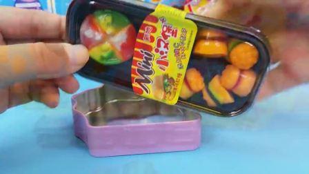 汉堡和披萨软糖装进小猪佩奇糖果盒子,大家爱吃橡皮糖吗?