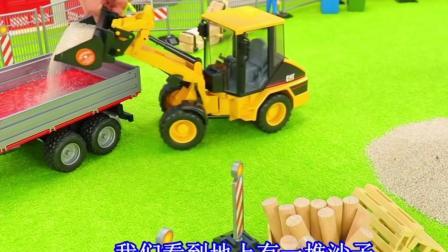 儿童玩具车表演:铲车清理沙子装载拖拉机后备箱