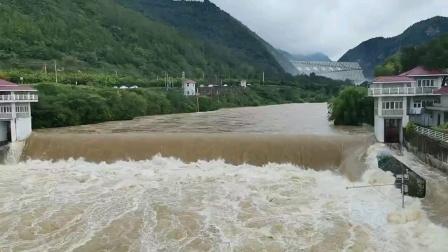 西安周至黑河水库泄洪甚是壮观