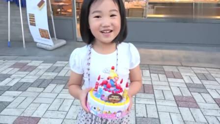 国外儿童时尚,用玩具制作蛋糕送给爸爸!真有趣呀