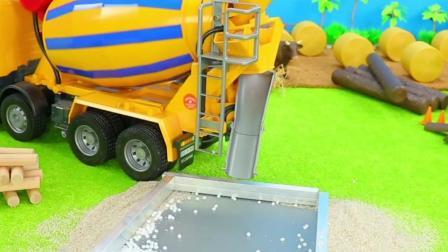 工程车玩具:搅拌车运输水泥建造道路!