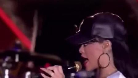 蕾哈娜超震撼的一首歌,造型太美了,终于找到了这个现场