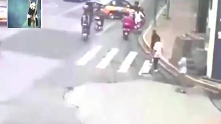 监控:老人躺地碰瓷遇奥迪A8女司机,惨遭碾压,不作不死