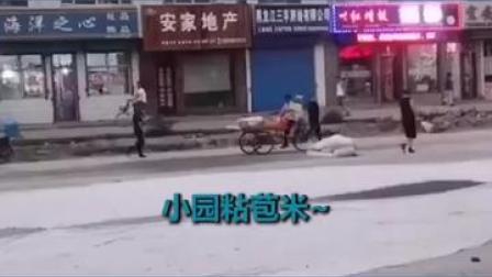 """近日,黑龙江双鸭山市集贤县一个卖玉米的大爷因为魔性的吆喝成功晋升为福利屯""""网红""""。"""