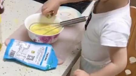 """2岁暖男每日给妈妈做饭走红,网友争相预订""""女婿"""""""