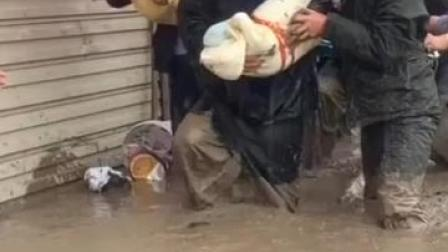 一步一泥泞!甘肃陇南市武都区遭遇暴洪灾害,消防员踩着过膝泥石流,背出产妇婴儿等8名被困群众。