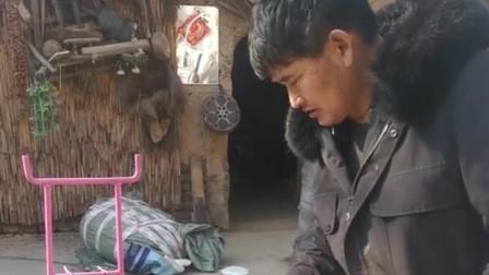 粉丝喜欢大衣哥朱之文家里的茶壶,大方的送给了粉丝!