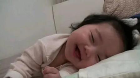 新生宝宝想要跟妈妈玩耍,但是困的眼睛都要闭上了,这也太萌了吧