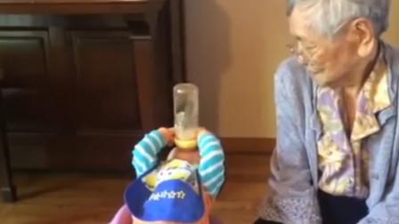 刚出生6个月的宝宝喝奶真生猛,仰头就是一口闷,奶奶都吓了一跳
