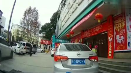 行车记录仪:女司机急着去购物,把路虎车停超市门口,记录仪拍下无奈的一幕