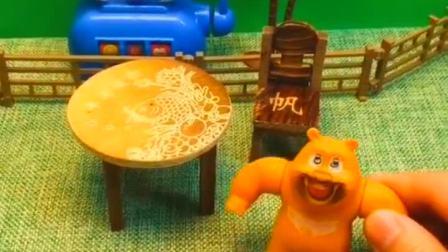 熊二饿了,熊大给熊二带回来了大包子,熊二好开心呀!