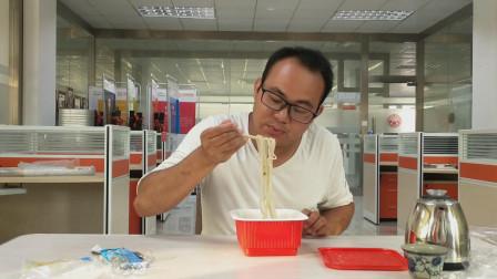 小伙镜头记录这种懒人快食,整个过程用到冷水泡制,看后你敢吃吗