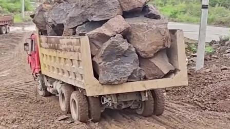 满载巨石的大货车过烂泥地,最佩服的还是装车的挖掘机,怎么办到的!