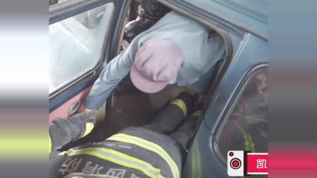 在洪涝灾害救援中,消防员甘愿做人梯,也要把群众平安转移