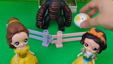 贝儿给怪兽吃小猪包,怪兽不想吃,贝儿把小猪佩奇给了怪兽