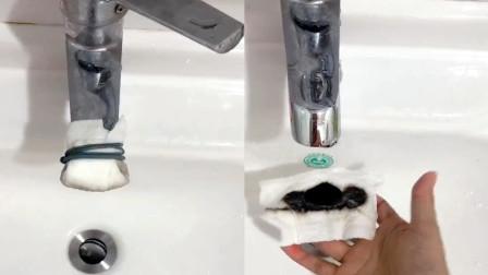 女子用洗脸巾包住水龙头,用水一天拆下后的画面令人震惊