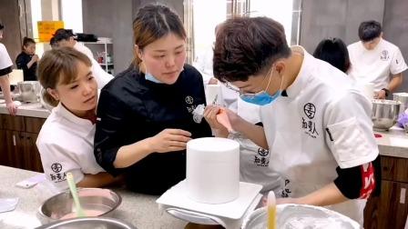 如果有老师像这样手把手教你做蛋糕,你还会担心做不好吗?#上海烘焙培训#上海面包培训#蛋糕培训#裱花