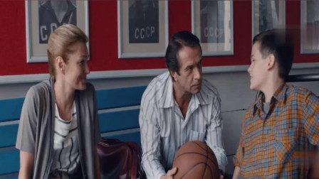 为鼓励轮椅上的儿子,老父亲一个三分球,直接俘获儿子崇拜
