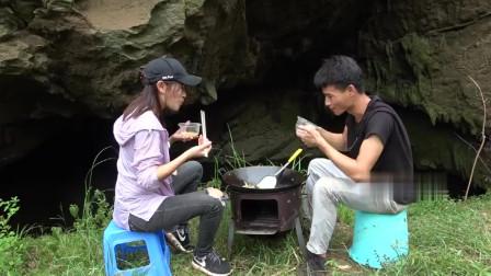 农村小哥邀请美女大溶洞捕鱼,意外收获极品河鱼,跟美女就地开煮太鲜美了!