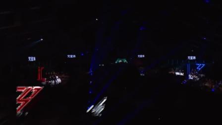 万茜带伤上台表演,最后这段钢管舞太厉害了!