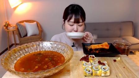 """国外小姐姐吃播:""""韩式香辣海带拉面+鸡蛋紫菜包饭+萝卜泡菜"""",听这咀嚼音,吃货欧尼吃得真香"""