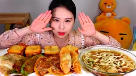 韩国吃货卡妹,吃乌冬面、煎饺子、炸虾酱三明治,看这吃相,馋人
