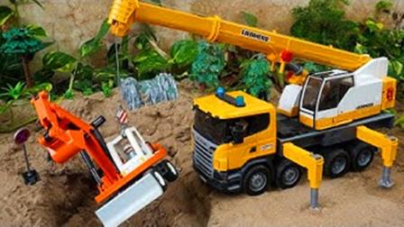 工程车玩具表演:挖掘机挖沙子装载翻斗车,吊车救援事故汽车玩具!