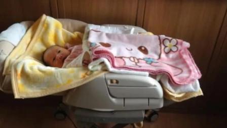 刚满月的宝宝完全不用哄,自己把自己摇睡着了,网友:这也太乖了
