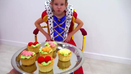 姐姐给我们的萌娃小萝莉端上来一盘小蛋糕!很好吃哦