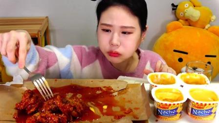 """韩国小姐姐吃播:""""韩式香辣纯肉炸鸡+芝士酱"""",看着真诱人,吃得真香"""