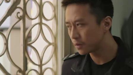 烈日灼心:邓超发现了什么,手里拿着字条,一副心事重重的样子