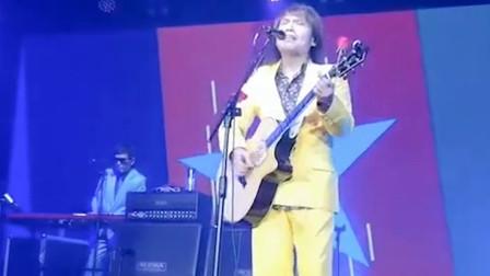 给他一把吉他,一个电风扇,他就可以开演唱会