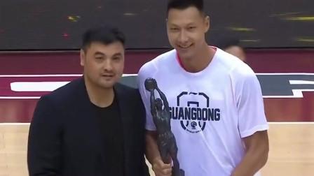 名宿刘玉栋为易建联颁发,2019-2020赛季CBA联赛常规赛,最有价值球员奖项!