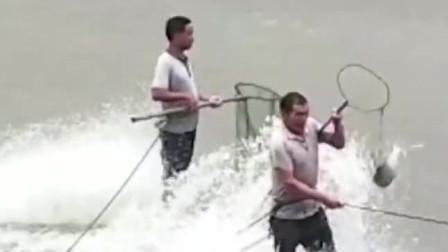 太疯狂!实拍河南多人不顾危险跑水库口捕鱼 装备齐全操作娴熟 全是大鱼