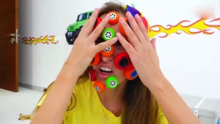 萌娃:小可爱们的汽车车轮怎么都粘到妈妈的脸上了