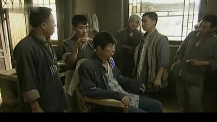 骡子男来理发店剃头,老板把他拿来给新学徒练手,真是过分
