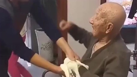 65岁的儿子被95岁的父亲打,儿子开心的笑出了声,这是何等的幸福啊!