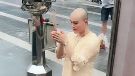 去泰国旅游,遇到一个人妖小哥哥拜佛,网友:真是辣眼睛