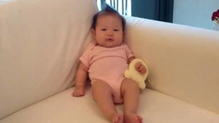 新生儿在妈妈正对面坐着,宝宝目不转睛盯着妈妈的样子,太萌了!