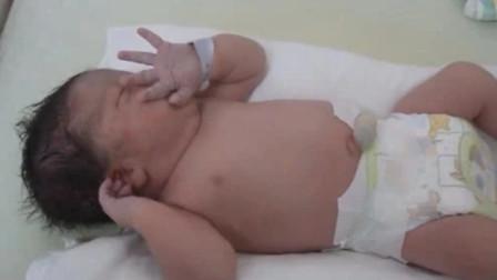 刚出生不久的新生儿,一个人躺着不哭也不闹,心都要被他给萌化了