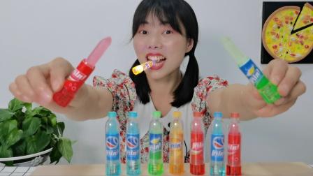 """美食开箱:小姐姐吃""""发光可乐瓶造型口红糖"""",甜蜜晶莹剔透"""