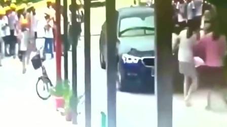 监控:校门口一女司机开车碾压一群学生,毁了N个家庭的幸福