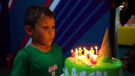 外国少儿时尚,小男孩端着生日蛋糕,快来看看吧