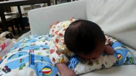 1个月大的婴儿,独自一人做俯卧练习,努力挣扎的样子惹人心疼