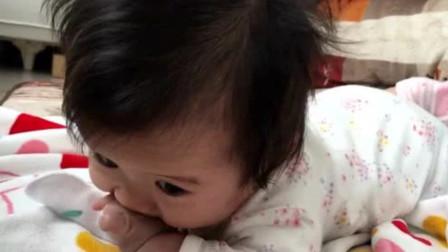 宝宝正吃着小手,突然停了下来开始生起了气,生气的样子太萌了