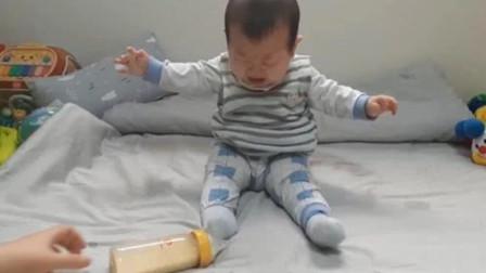 太逗了!妈妈把奶瓶一放让宝宝自食其力,把小娃急得都快哭出来了