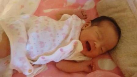 出生第16天的新生儿,睡醒后露出甜甜的笑,爸妈心都要被甜化了