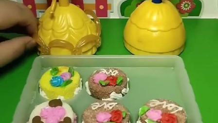 贝儿弄了好多小蛋糕,让白雪公主来吃,结果白雪被怪兽变丑了!