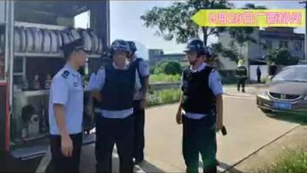 堪比大片!广西一男子把汽油泼身上欲,和消防员立马冲了上去@中国网 @警民携手同行 #向警旗敬礼