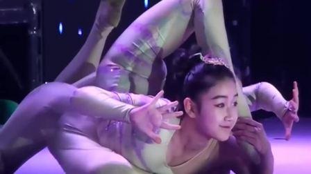 精彩杂技柔术表演:两个小美女的身体好软呀,台下掌声不断!